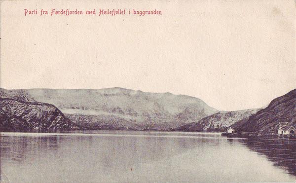 Parti fra Førdefjorden med Heilefjellet i baggrunden