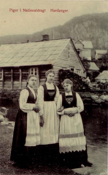 Piger i Nationaldragt Hardanger.